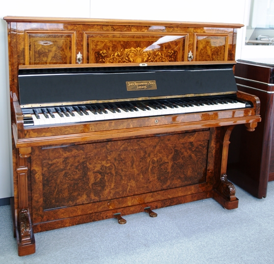 フリールーム内のピアノ