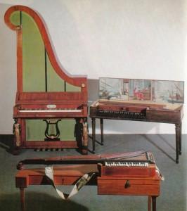 キリン型ピアノ【奥側】  卓上型ピアノ(肩かけ付)【手前側】