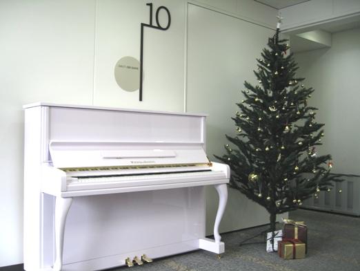 恒例になりましたクリスマスツリーの飾り付けをしました