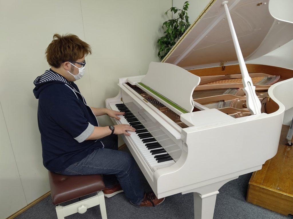 グランドピアノを弾く村田さん